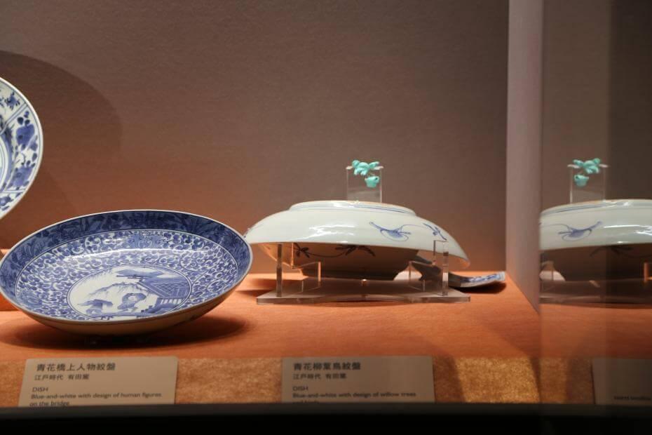 《青花柳葉鳥紋盤》於展台內破損照。圖/故宮博物院提供。