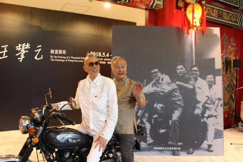 會後劉國松與韓湘寧坐上摩托車,在史博館大廳入口處,重現當年影像。圖/非池中藝術網攝。