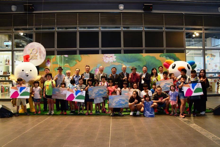 文化部李連權次長(後左7),國美館蕭宗煌館長(後左5),貴賓及受邀小朋友合影。圖/國立台灣美術館提供。