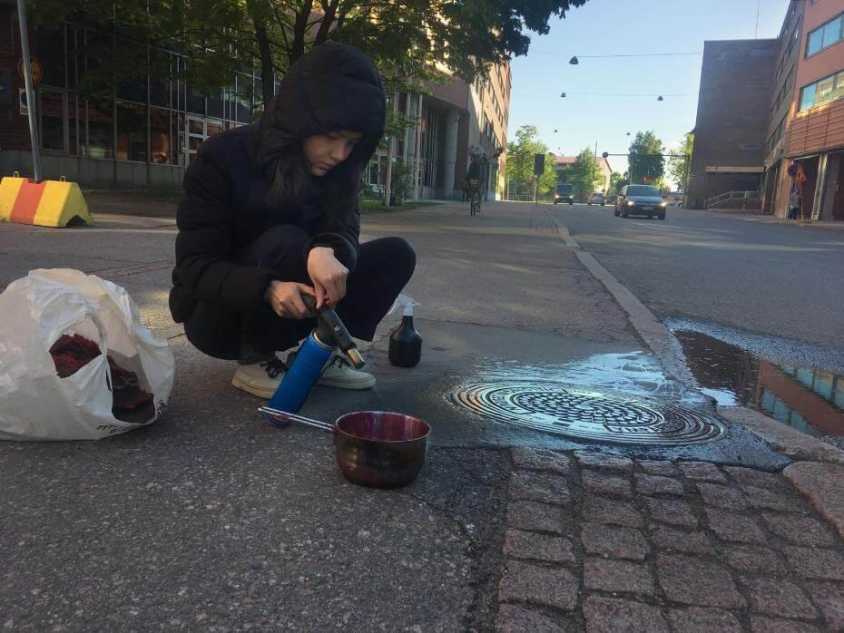 藝術家在國外街道上創作。圖/詹詠幀提供。