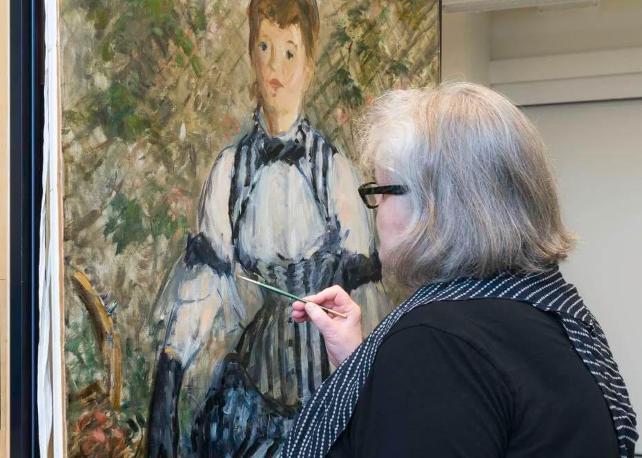 藏品修復副總監Gillian McMillan正在修復畫作。Photo: Kris McKay © Solomon R. Guggenheim Foundation, 2018。圖/古根漢美術館提供。