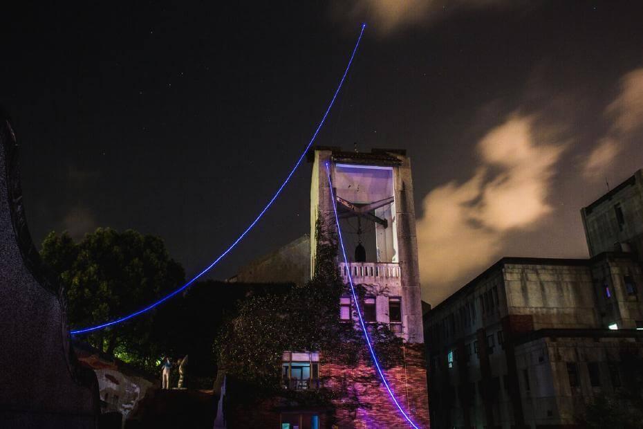 《Ultra Line ver.20》,光纖、雷射控制模組、氦氣球,2017。圖/許巽翔提供。