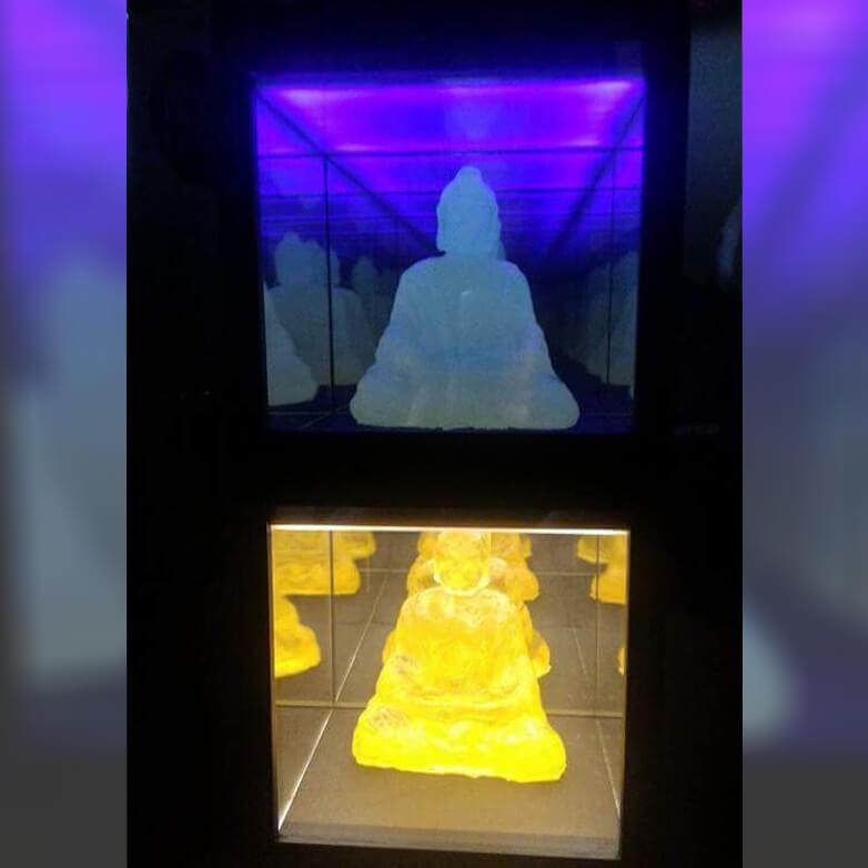 周隆亨收藏作品。Yuka Otani,《Anicca (Neon and Yellow 輪迴)》,14x14x14cm,愛素糖、塑膠玻璃、鏡子、木材、燈、壓克力樹脂,2016-17。圖/詔藝攝。