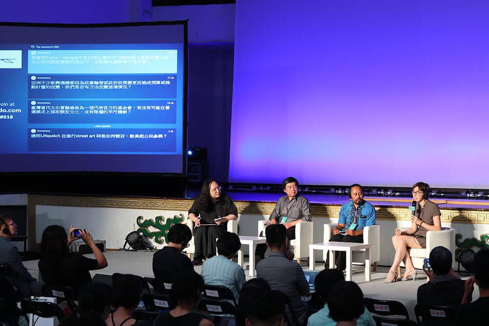 「超越數位人文疆界」講座與談貴賓(左起為)唐鳳、侯君昊、Agung Firmanto Budiharto、Claire-Marie Foulquier-Gazagnes。
