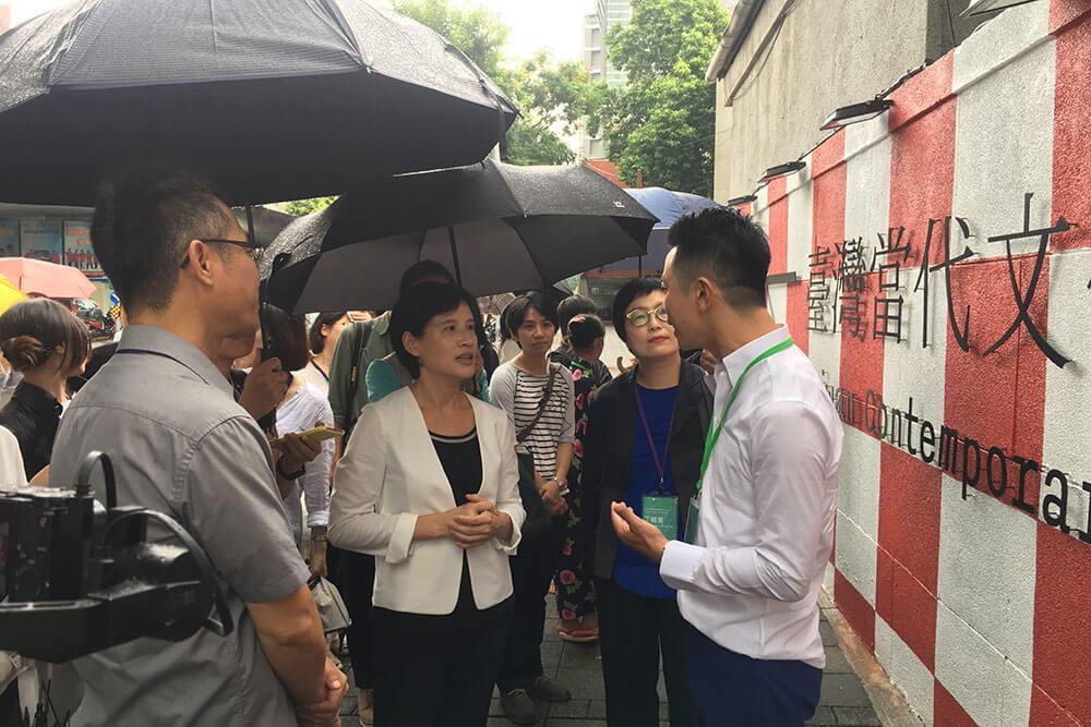 在啟動宣告結束後,鄭麗君部長也步行至「臺灣當代文化實驗場」外的藝術圍牆,由藝術家楊俊講解其創作理念。圖/非池中藝術網攝。
