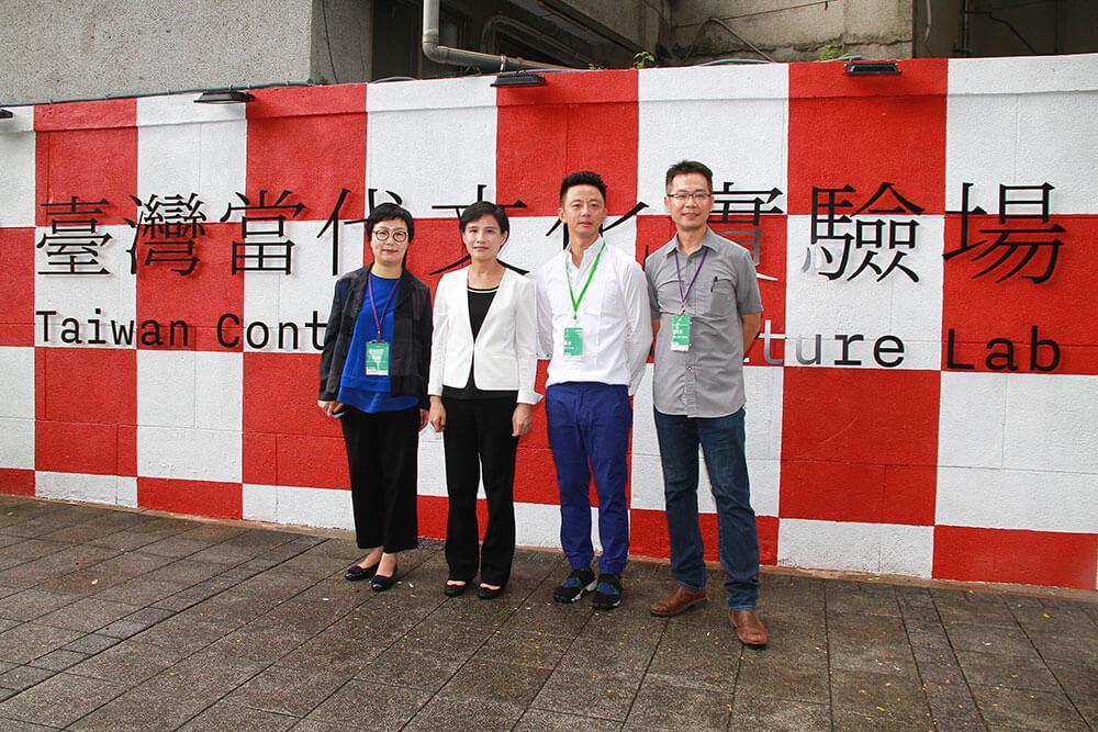 文化部長鄭麗君(左二)、臺灣生活美學基金會董事長丁曉菁(左一)、藝術家楊俊(右二)、臺灣生活美學基金會副執行長龔卓軍(右一)於藝術圍牆前合影。圖/文化部提供。