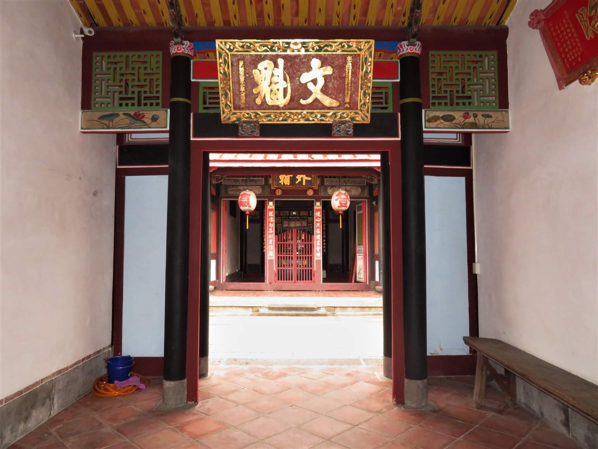 「陳悅記祖宅」公媽廳第一進前廳。圖/文化部提供。