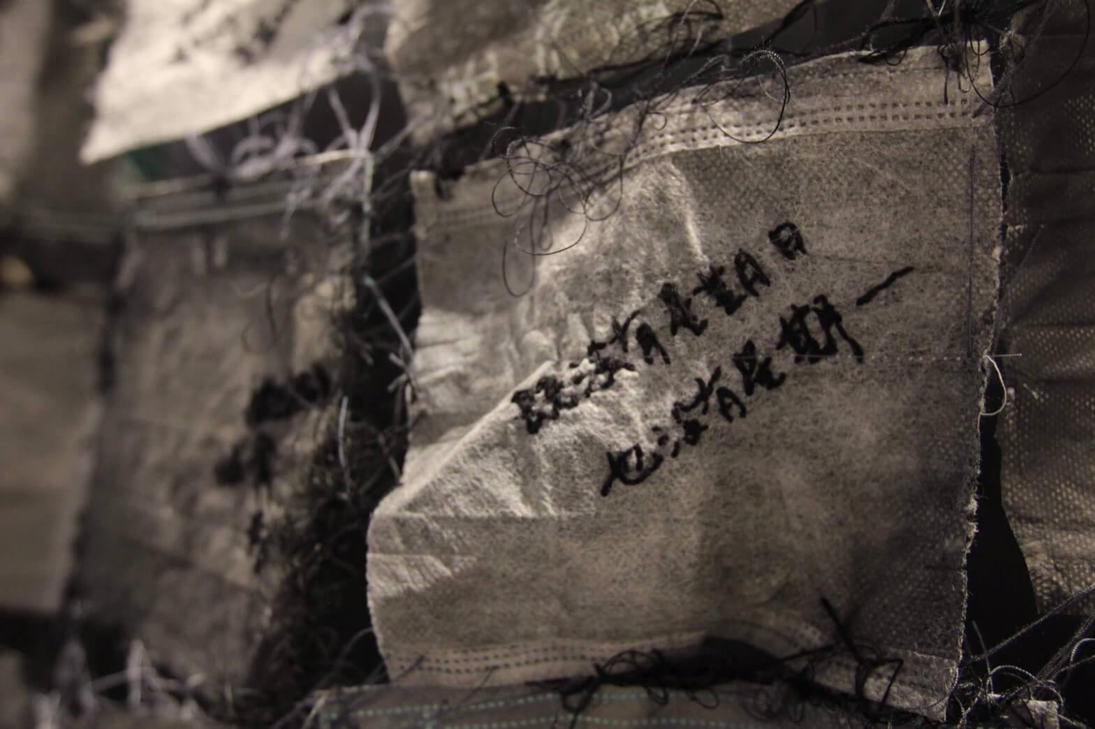 《365種逃逸的可能性》,口罩、手縫線、壓克力顏料、無酸樹脂,2018。圖/劉鳳鴒提供。