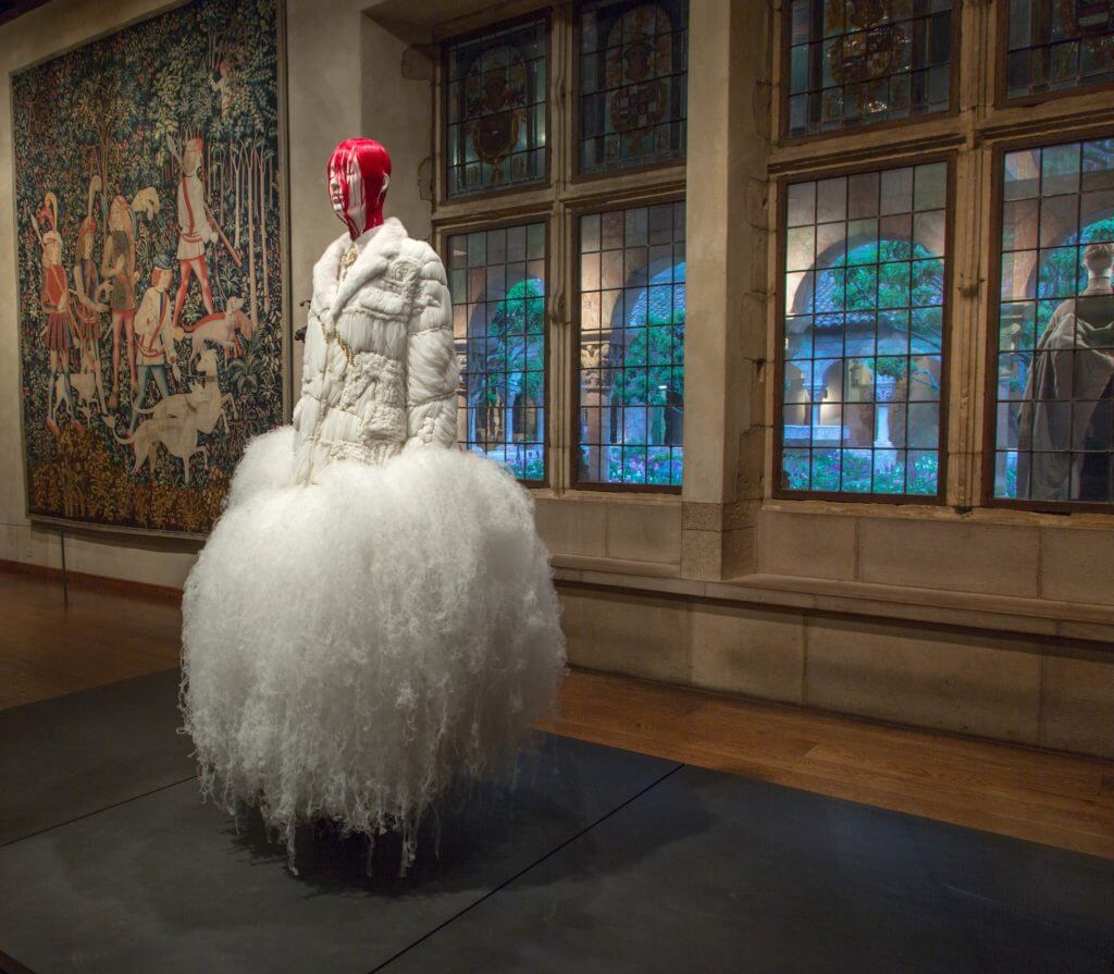 與中世紀藝術對話 大都會博物館展出《天堂般的時尚》