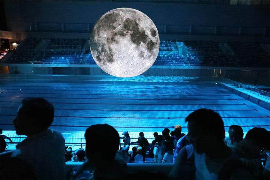 Luke Jerram,《月之博物館(Museum of the moon)》,複合聲光裝置,直徑10m。