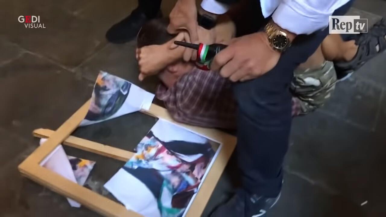 男子被制伏在地。圖/翻攝自《La Repubblica》影片。