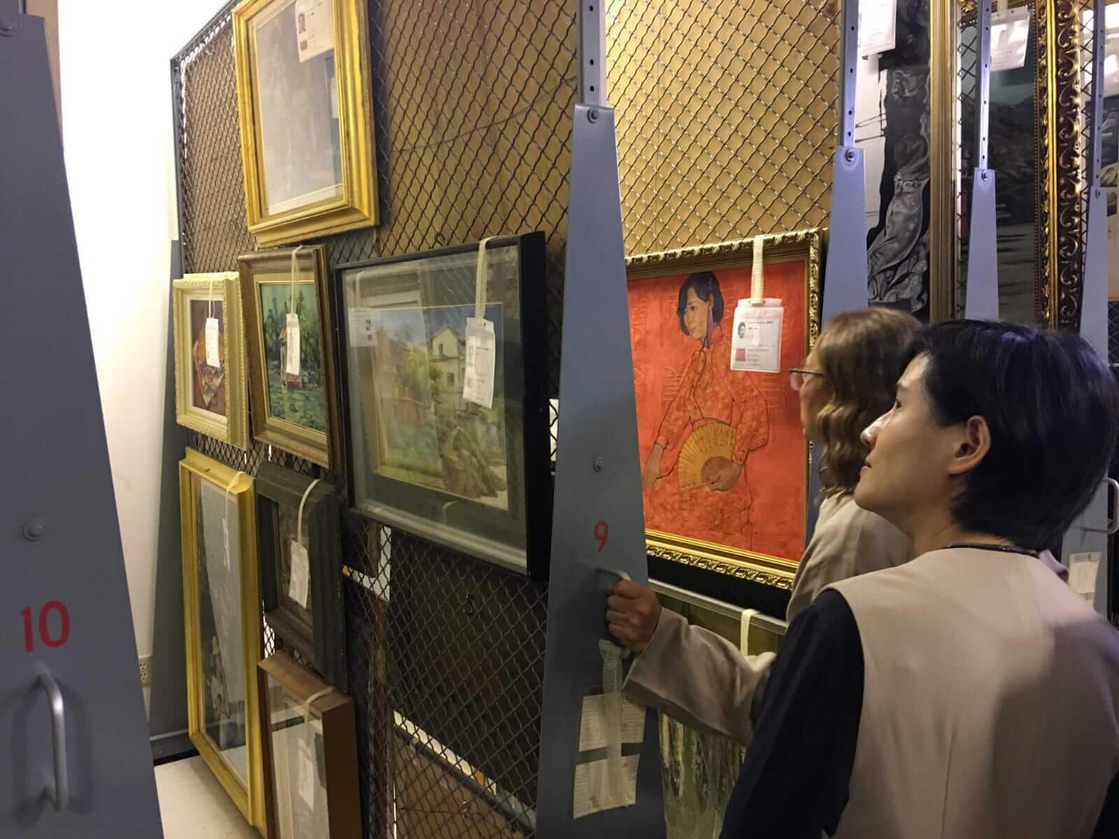 順天美術館陳飛龍館長向鄭麗君部長介紹館藏庫房。圖/文化部提供。