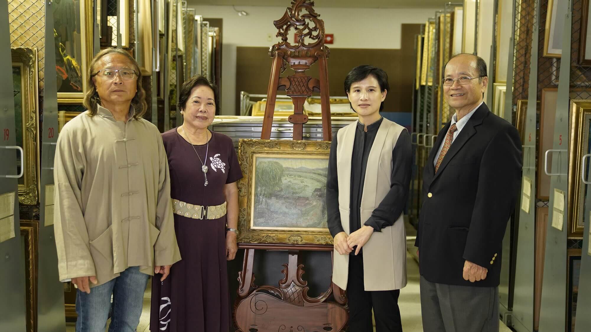 鄭麗君部長、許照信董事長(右1)、許純真女士(左2)、陳飛龍館長(左1)於順天美術館館藏庫房。圖/文化部提供。