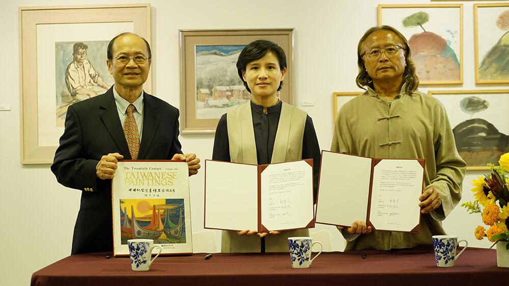 在順天美術館陳飛龍館長(右1)見證下,鄭麗君部長與許照信董事長(左1)簽署捐贈意向書。圖/文化部提供。