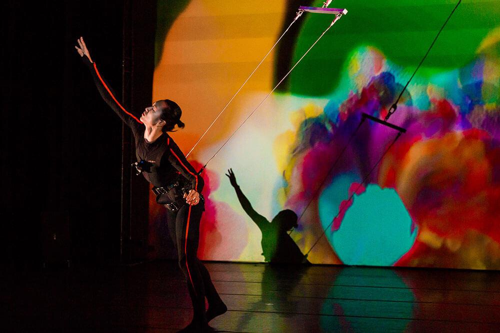 【誠品跨界】2018旗艦大作互動多媒體劇場《追》融合現代舞與高空懸吊,由新銳舞蹈家徐立恩演出《迷》片段。圖/非池中藝術網攝。