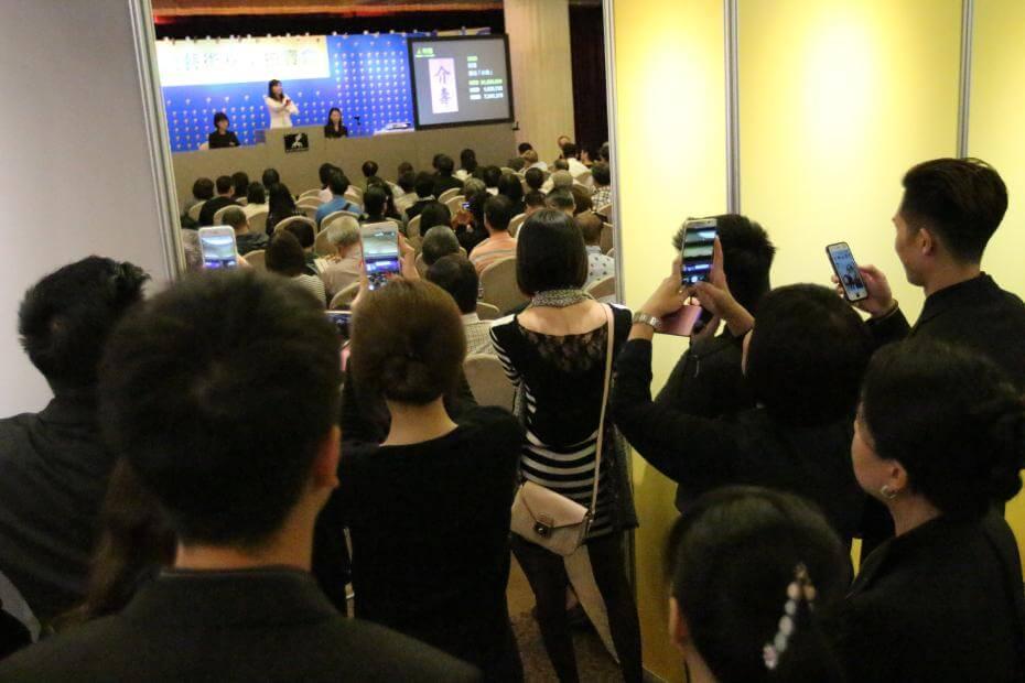乾隆皇帝《書法「介壽」》落槌金額達新台幣3,400萬元,場內熱鬧盛況。圖/帝圖藝術拍賣提供。